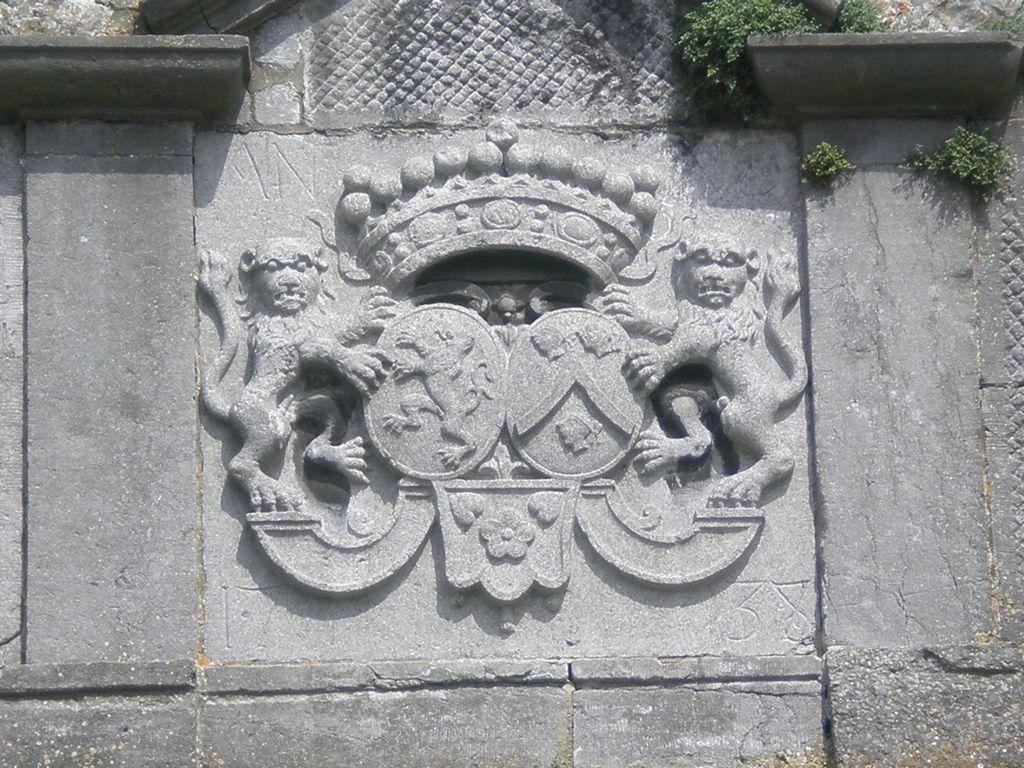 Le blason des Comtes Vander Stegen, millésimé 1738, au fronton de l'église St Barthélémy de Bousval