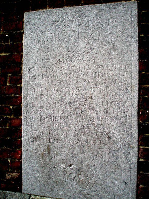 Pierre tombale des frères Leroy au chevet de l'église Saint-Barthélemy de Bousval