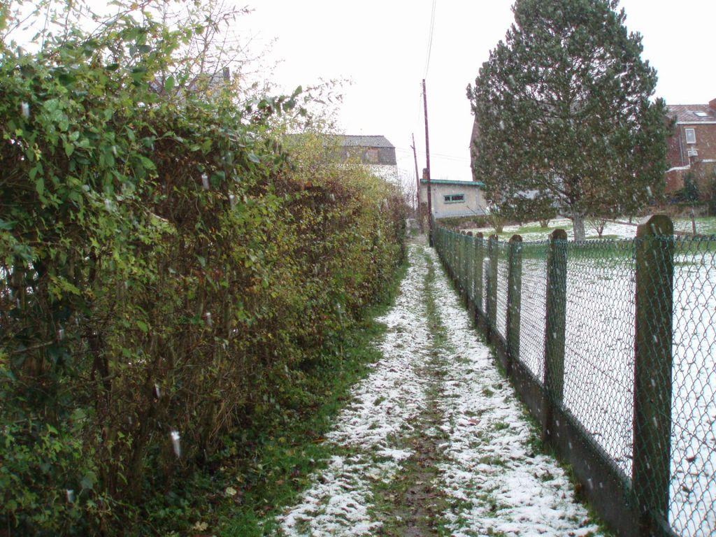 Le sentier Finet à Bousval passe entre une haie et une clôture