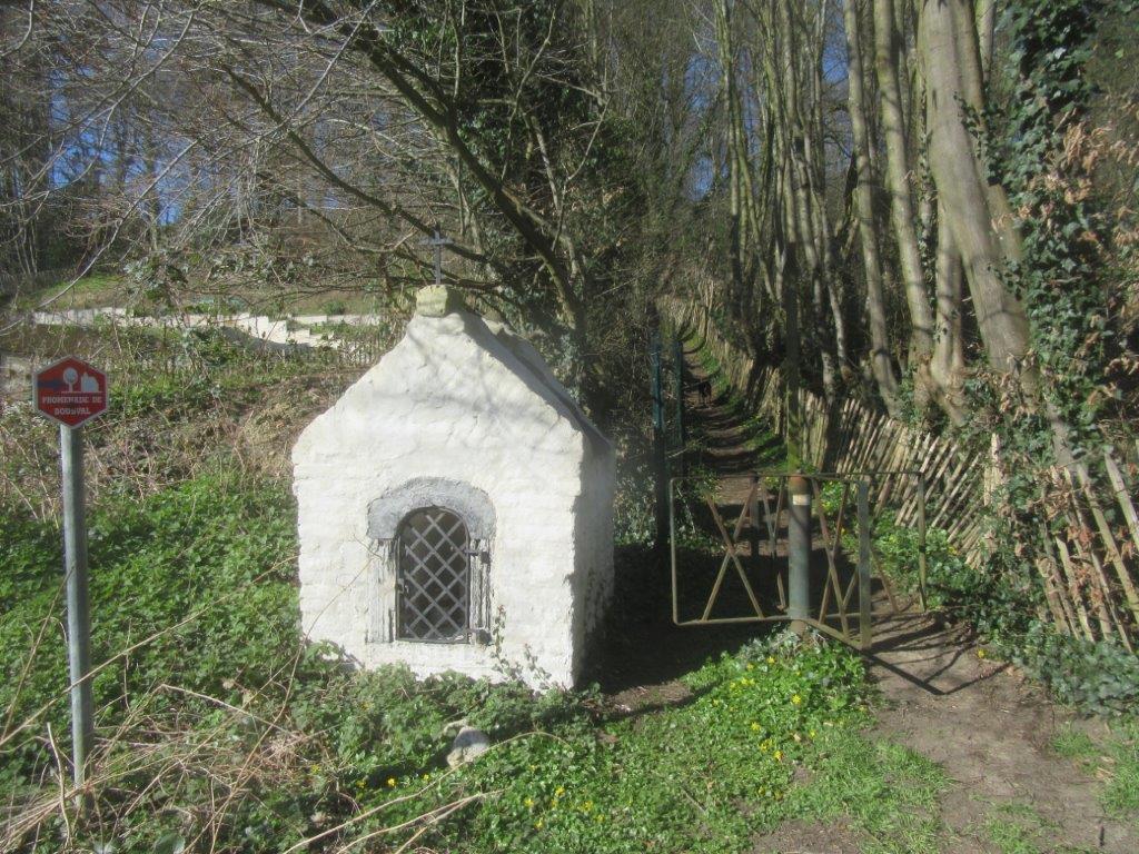 La chapelle Dagneau et un tourniquet à l'entrée du sentier de la Bruyère Gérard du côté de la rue Wanroux