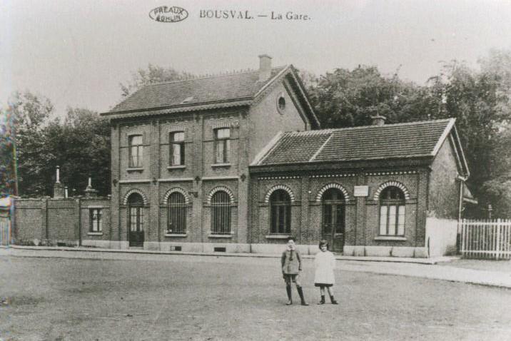 Carte postale ancienne de l'ancienne gare de Bousval vue depuis la place